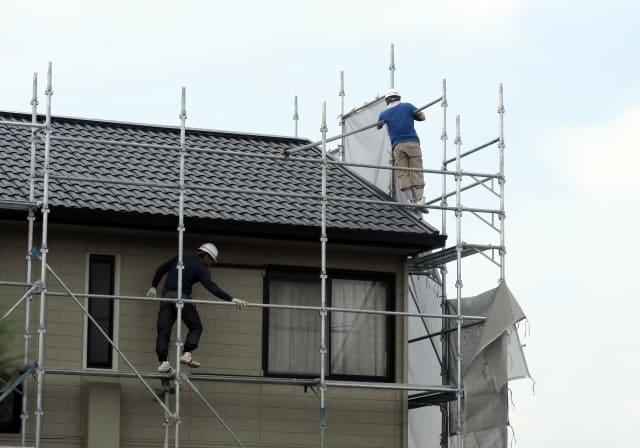 写真:屋根修理をする業者